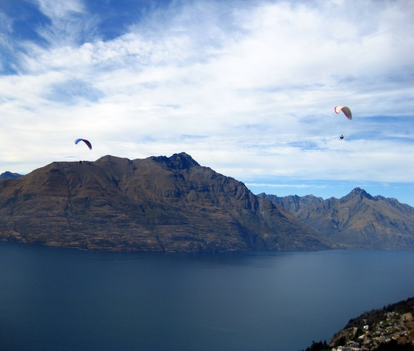 Tandem Paraglider über dem Lake Wakatipu in Queenstown